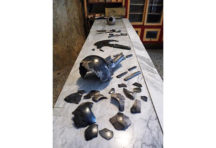 gaiacarboni, #bucchero,#contempoaryart, #MunAnge, #AntonioGilli, #CarloFossati, #italianartist, #artecontemporanea, #arcaicart, #arcaic ceramic, #ceramica arcaica,